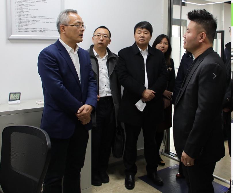 代表团领导与欧波同集团董事长皮晓宇亲切交谈.png